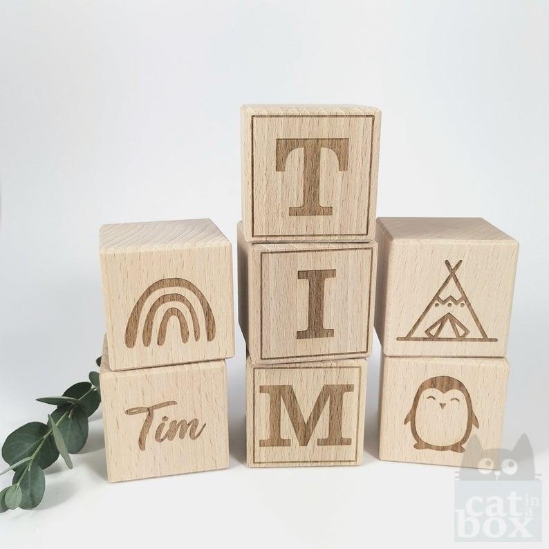 Gravierte Holzwürfel